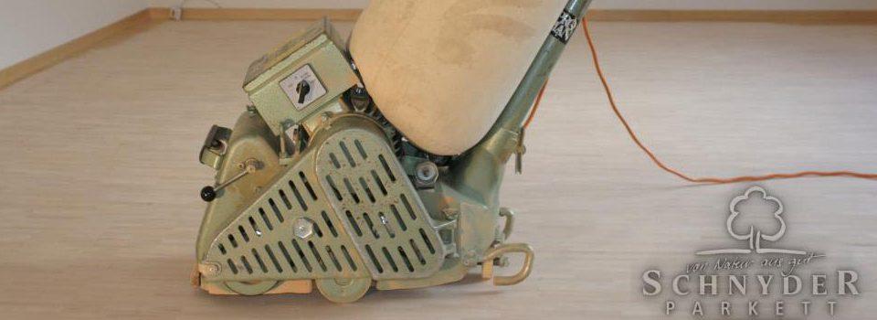 Parkett schleifen mit Schleifmaschine